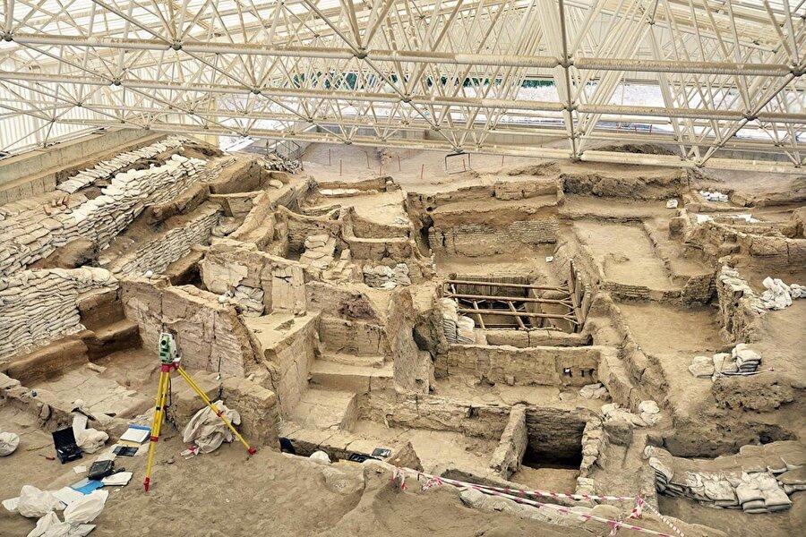 3. Konya: Çatalhöyük Neolitik Kenti                                      2012 yılında UNESCO Dünya Mirası Listesi'ne alınan Çatalhöyük, dünyadaki ilk çiftçi topluluklar ve yaşamları hakkında önemli bilgiler sunmasıyla küresel çapta popüler olan bir arkeolojik alandır.İlk olarak MÖ 7400 yılında iskân edilen Çatalhöyük'te MÖ 6200 yılına kadar süren 18 Neolitik (insanlığın yerleşik yaşama geçtiği evre) tabakası bulunmaktadır. 8.000 kişiye ev sahipliği yaptığı düşünülen Çatalhöyük, devri için mega yerleşim tanımlamasına girecek özel bir yerdir. Evlerin birbirine yapışık inşa edilip girişlerinin de çatıdan olması bir savunma sistemi olarak yorumlanmıştır. Ölülerin ev içindeki bir platform altına belli işlemler yapılarak konuluyor olması da ataların ruhu ile birlikte olma ihtiyacının olduğunu göstermiştir. Yine bir dinsel simge olduğu düşünülen boğa başlarının da belli evlerde bulunuyor olması bir aile veya grup ile ortak ibadet düşüncesinin doğmasına neden olmuştur. Çatalhöyük'ün önemli olan diğer bir unsuru ise sanat öğeleridir. Belli olayların yahut hayvanların tasvirlerinin dışında çokça elde edilen figürünleri ile devrin olayları, yaşam tarzı, sanat anlayışı ve inancına yönelik önemli bilgiler elde edilmiştir.Geçtiğimiz yıllarda Hollywood'lu ünlü oyuncu Morgan Freeman'ın inanca yönelik bir belgesel için geldiği Çatalhöyük'ün ünü arkeoloji camiasını da aşarak herkese yayılmıştır.