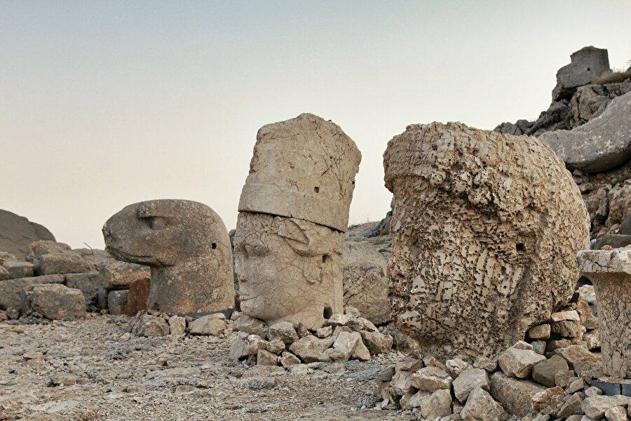 Adıyaman: Nemrut Dağı                                      1987 yılında UNESCO Dünya Mirası Listesi'ne giren Nemrut Dağı, Kommagene Kralı I. Antiochos'un (MÖ 69-34) devasa heykellerle süslü mezarına ev sahipliği yapmaktadır. Heykellerin arkasında kralın mezarının bulunduğuna inanılan yığma toprak ile oluşturulmuş 50 metrelik yapay bir tepe bulunmaktadır.  Boyutları 8-10 m arasında değişen bu dev heykeller ise tanrıları onurlandırmak ve ataları anmak gibi amaçlara sahip olmasının yanında; kralın gücünün de sembolü halindedir.Kommagene Krallığı, Büyük İskender'in vefatından sonra parçalanan imparatorluktan MÖ 163 yılında bağımsızlığını elde eden ve MS 17 yılındaki Roma hâkimiyetine kadar bağımsız kalan bir Güneydoğu Anadolu krallığıdır.