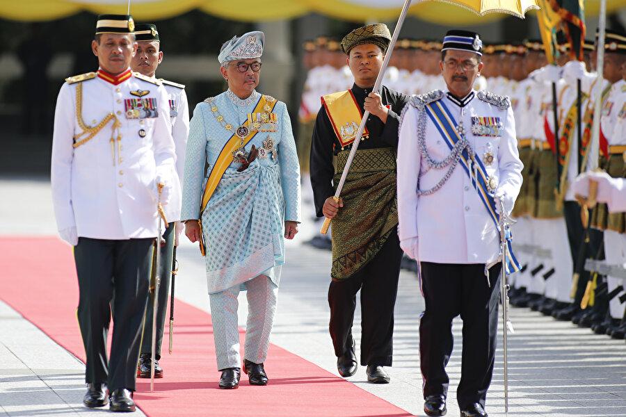 Yeni Malezya Kralı görevine başladı Malezya Kralı Sultan V. Muhammed'in tahtını bırakmasının ardından krallığa seçilen Pahang eyalet Kralı Sultan Abdullah, yemin ederek görevine başladı. Sultan Abdullah, 24 Ocak'ta 9 eyalet kralından oluşan Yöneticiler Konferansı tarafından kral olarak seçilmesinin ardından öğle saatlerinde başkent Kuala Lumpur'daki Milli Saray'da düzenlenen törende yemin etti.Yemin töreninden önce sabah saatlerinde Milli Saray'da Yöneticiler Konferansı üyesi krallarla bir araya gelen Sultan Abdullah, görevine dair belgeleri imzaladı.