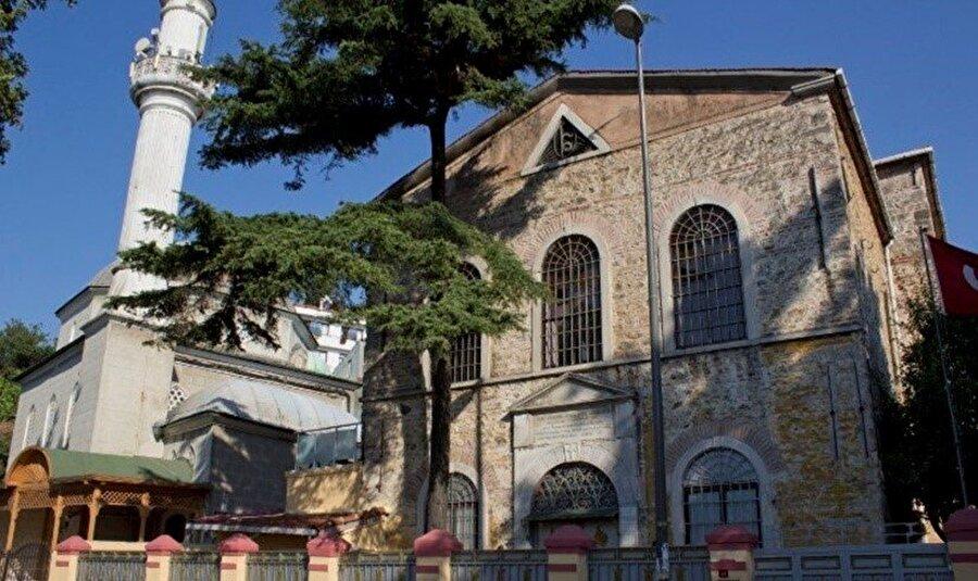Dinlerin ve kültürlerin sentezlendiği semt diye boşuna dememiştim; semtte yan yana olan Kuzguncuk Camii ve Surp Krikor Lusavoriç Kilisesi 'kardeş' yapılar. Şöyle ki, yapımına 1952 yılında başlanan camii inşaatı sırasında Ermeni kilisesi maddi yardım yapmış.Beth Yahov Sinagogu ise Ramazan aylarında verdiği iftar yemekleriyle dünyanın farklı yerlerinden gelen farklı dinlere ve kültürlere mensup insanları bir araya getiriyor.