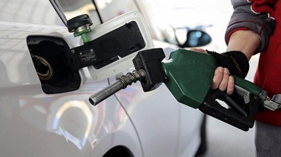 Otomobil ● Araç hız kazanır kazanmaz vites yükseltin. Düşük viteste daha fazla yakıt harcanıyor. ● Depoyu tamamen doldurduğunuzda hortumda kalan miktarın ödemesini yapıyor olabilirsiniz. Yarım depo yakıt almayı tercih edin. ● Klima açıkken yakıt tüketiminde yüzde 10'a varan bir artış olabilir. Kontrollü kullanın.