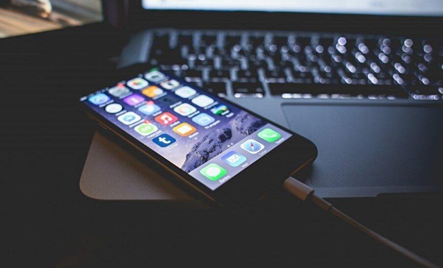 Cep telefonu ve İnternet Operatörünüzün uygulamasını indirin, geçtiğimiz aylarda ortalama ne kadar internet, dakika kullandığınıza bakın, tarifenizi güncelleyin. Çok acil bir durum olmadığı sürece telefonunuzun internet hızını 4.5G'den 3G'ye geçirerek kullanın. Titreşimi kapatın, ekran parlaklığını otomatiğe ayarlayın, navigasyonu kullanmıyorsanız konum özelliğini kapatın. Şarjınızı verimli kullanın.