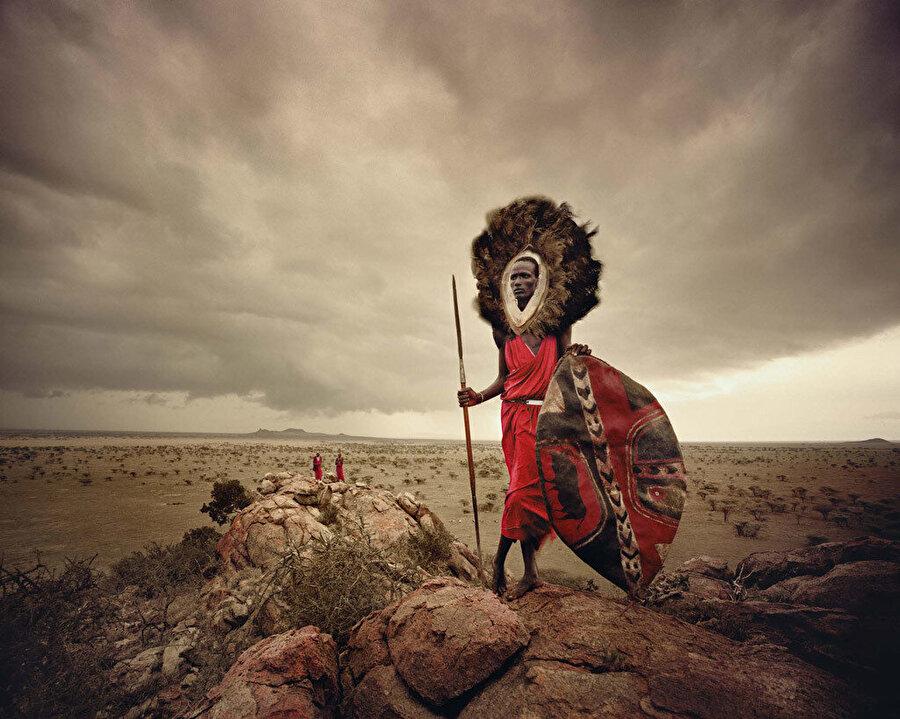 Papua Yeni Gine'den Huli Wigmen kabilesi                                                                           Jimmy Nelson'ın 30 yılı aşkın bir süredir yaptığı gezilerde çektiği 100 bin görsel arasından seçilerek ortaya çıkarılan filmin düzenlenme aşaması da oldukça uzun. 90 günlük bir post prodüksiyon sürecinin ardından hazırlanan film; Papua Yeni Gine'den Huli Wigmen, Moğolistan Kazakları, Hindistan'dan Sadhus ve Nijerya'dan Çad'dan Wodaabe gibi 36 farklı etnik grubun kendilerine özgü yaşamını gözler önüne seriyor.