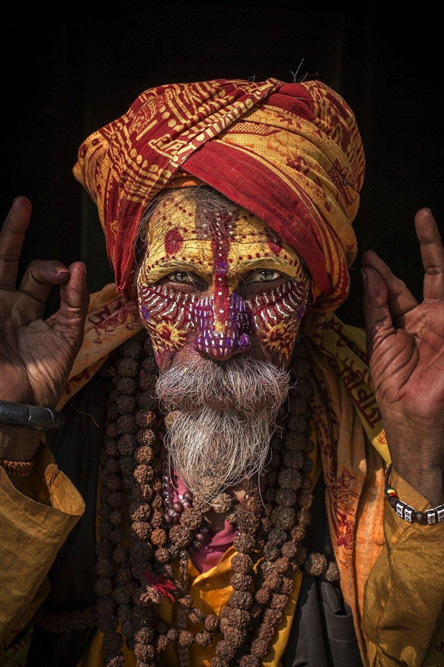 Hindistan'ın Sadhus kabilesini                                                                           Yok olma riskiyle karşı karşıya olan etnik grupları fotoğraflayan ve oldukça uzun bir süredir bu proje üzerinde çalışan Jimmy Nelson, çektiği fotoğrafları kendi internet sitesi üzerinden satışa sunuyor.