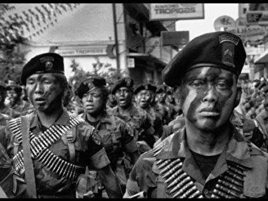 Guatemala ABD, 1944 Guatemala Devrimi'nden önce hüküm süren seçkinlere iktidarı geri kazandırmak için demokratik seçimlerle başa gelen Devlet Başkanı Jacobo Arbenz'e karşı 1954 yılında PBSUCCESS kod adlı CIA darbesi tertipledi. Bu darbe neticesinde başkanlığını Albay Carlos Castillo Armas'ın yaptığı askeri cunta başa gelirken, ABD de ülkede ekonomik ve askeri çıkarlarını yeniden kazandı.