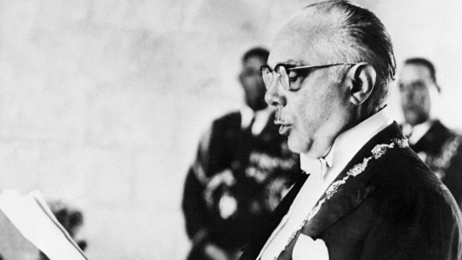 Dominik Cumhuriyeti 20-30 bin kişinin ölümünden sorumlu tutulan ABD destekli diktatör Rafael Leonidas Trujillo'nun 1961 yılında suikasta uğramasının ardından, 1962 yılında yapılan demokratik seçimleri Juan Bosch kazandı. Ancak dönemin ABD yönetiminin, komünizm konusunda yeteri kadar sert olmamakla suçladığı Bosch, ertesi yıl devrildi. Bosch'u yeniden iktidara getirmek için 1965 yılında başlayan isyana ABD, emrindeki Dominik Cumhuriyeti generalleri ile müdahalede bulundu. Ancak istediği başarıyı elde edemeyen ABD, ülkeyi 40 binden fazla askerle işgal etti. 1966 yılında yapılan seçimlerde iktidara ABD yanlıları gelirken, 1980'de gizliliği kalkan belgelerde seçimlerin özgür olmadığı görüldü