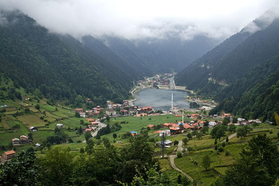 Trabzon / Uzungöl                                                                                                                 Dizilerde, filmlerde tüm güzelliğiyle karşımıza çıkan Uzungöl doğanın tüm renklerini bizim için sergiliyor.