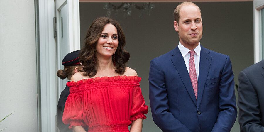 Kate Middleton okuldan sonra Londra'da bulunan Jigsaw giyim markasında çalışmaya başlar ve 16 Nisan 2010'da Prens William ile nişanlanırlar. Kenya tatiline çıktıkları sırada William evlenme teklifi eder ve çift Kuzey Galler'de yaşamaya başlar. Ardından 29 Nisan 2011'de dünya evine girdiler.