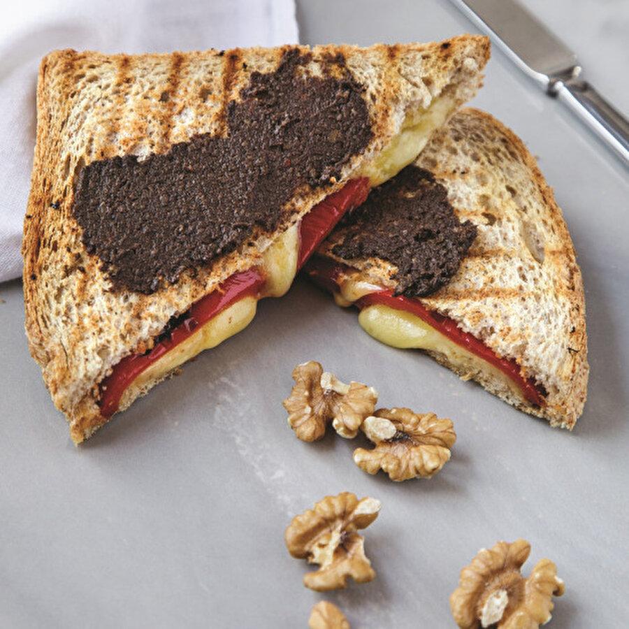 Tam Buğday Unlu ve Közlenmiş Biberli Tost                                                                                                                                                     Tost tariflerinin en hafif ve en sağlıklılarından biri sizlerle. Tam buğday unuyla hazırladığımız közlenmiş biberli tost kahvaltıları, ara öğünleri ve çay saatlerinizi formda geçirmenizi sağlayacak. Tarif için: https://www.gzt.com/lokma/tam-bugday-unlu-ve-kozlenmis-biberli-tost-31533