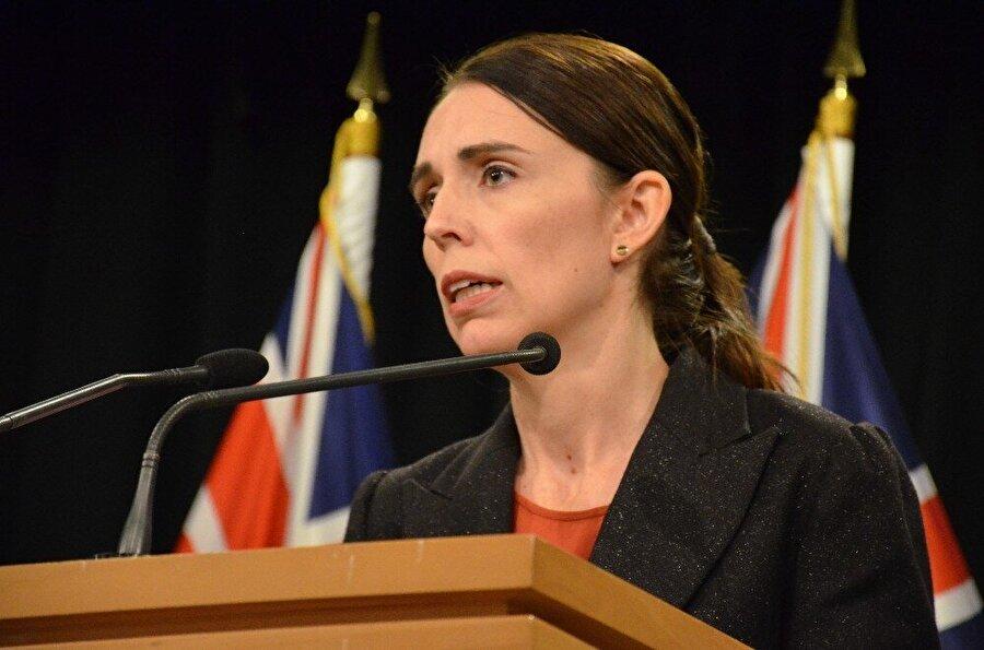"""Yeni Zelanda hükümetinin ilk adımı ne oldu?                                      Yeni Zelanda Başbakanı Jacinda Ardern, düzenlediği basın toplantısında, Christchurch kentinde 2 camiye yerel saatle 13.40 ve 13.50'de düzenlenen saldırıların """"terör saldırısı"""" olduğunu vurguladı.           Terör saldırısının ardından ülkedeki tehdit seviyesinin düşükten yüksek düzeye çıkarıldığını bildiren Ardern, teröristlerden hiçbirinin güvenlik birimlerinin takip listesinde yer almadığını belirtti."""