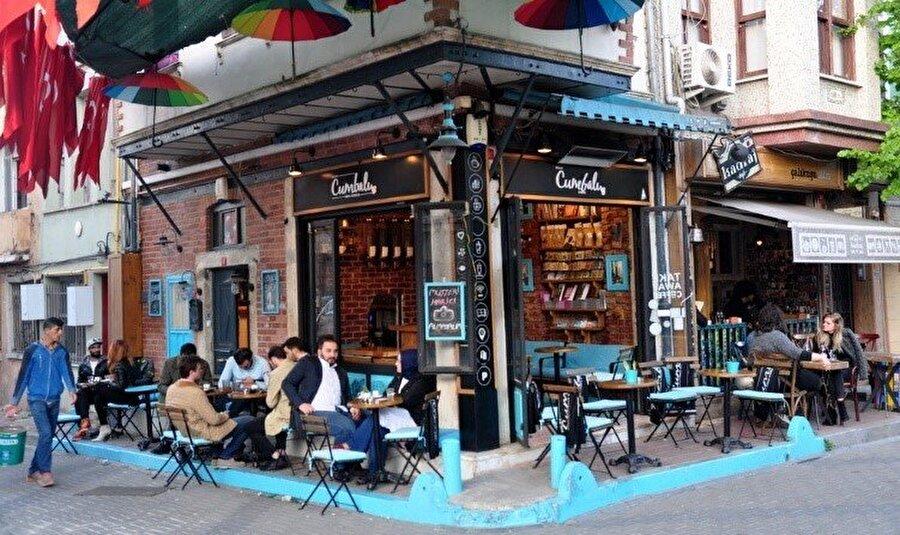 Mola: Kafeler Sokağı / Şemsiyeli Sokak