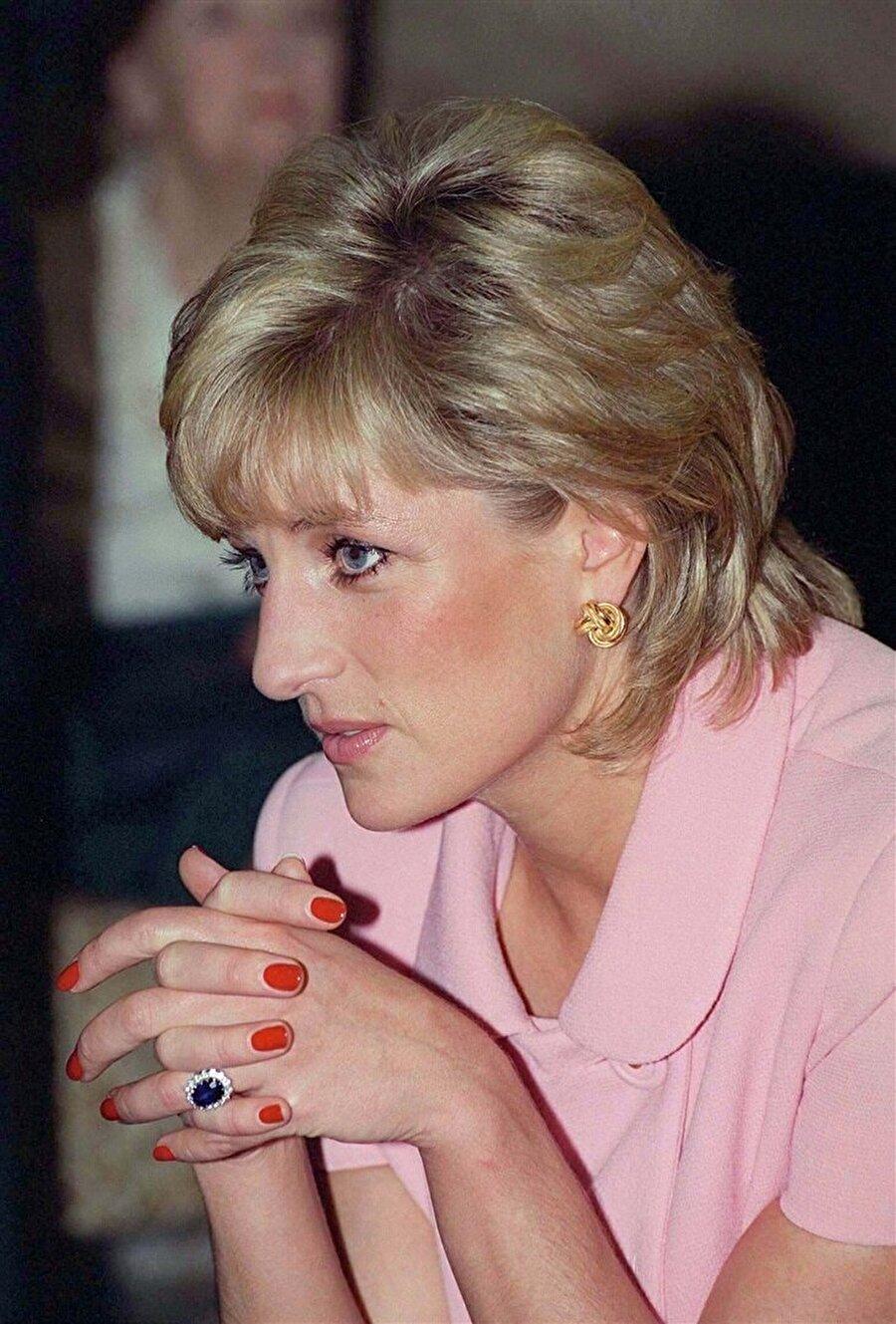 Kate Middleton'ın parmağından hiç çıkarmadığı nişan yüzüğünü, Prenses Diana, House of Garrard markasının tasarımlarının yer aldığı katalogdan bulmuştu.