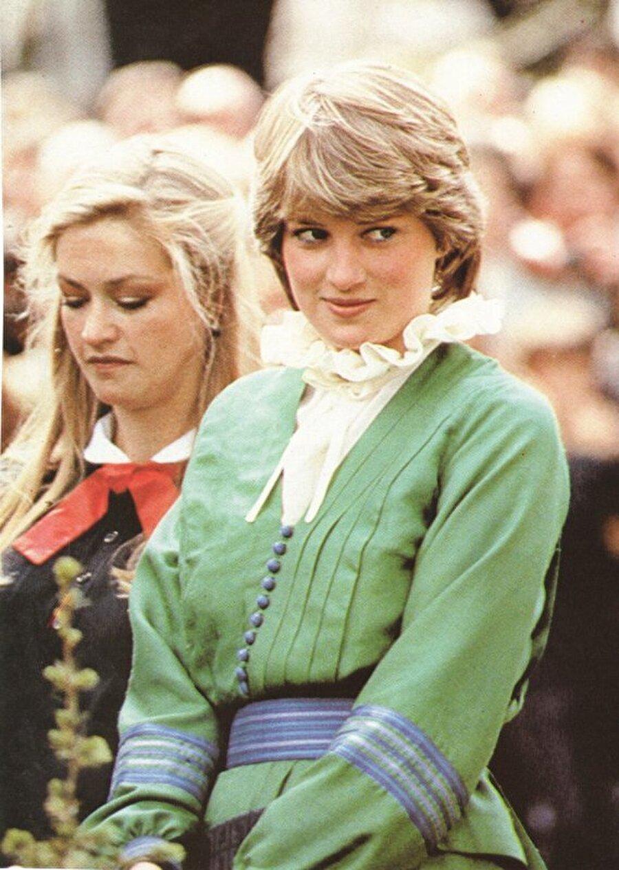 'West Heath Girls' adındaki yatılı okula giden Lady Diana onunla aynı okula giden Tilda Swinton ile arkadaştı.