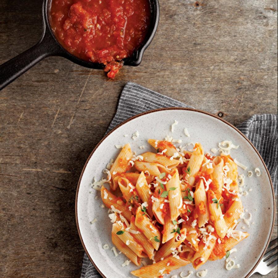 Domates soslu makarna Makarnaların vazgeçilmezi olan domates sos ile hazırladığımız enfes ve pratik bir makarna tarifini sizlere sunuyoruz. Oldukça ekonomik ve lezzetli bir öğün geçirmek isteyenler domates soslu makarna tarifi tam sizlere göre. Tarif için: https://www.gzt.com/lokma/domates-soslu-makarna-26995