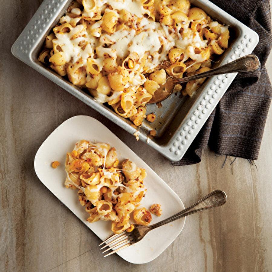 Fırında üç peynirli mantı makarna Peynire doyacağınız mükemmel bir tarifi sizlere sunuyoruz. Her hali güzel olan makarnanın bu haline şüphesiz küçükten büyüğe herkes bayılacak. Kaşar peyniri, parmesan peyniri ve dil peyniri eşliğinde bu nefis makarna fırın makarnaların en lezzetlilerinden olmaya aday.Tarif için: https://www.gzt.com/lokma/firinda-uc-peynirli-manti-makarna-17998
