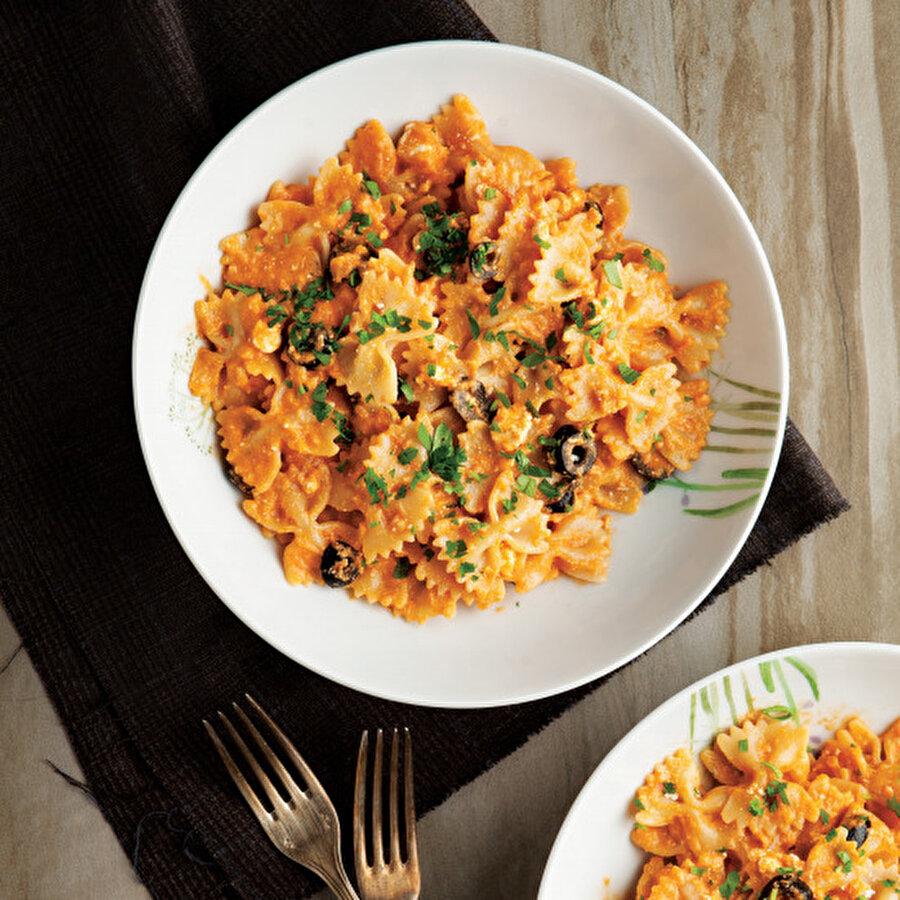 Kremalı domates soslu makarna Eşsiz makarna tariflerimize bir yenisi ile devam ediyoruz. Oldukça ekonomik olan kremalı domates soslu makarna, lezzetiyle beğenileri kazanacak. Makarnaların vazgeçilmez soslarından biri olan domates sosuna krema ekleyerek farklı bir boyut kazandırdık.Tarif için: https://www.gzt.com/lokma/kremali-domates-soslu-makarna-17960
