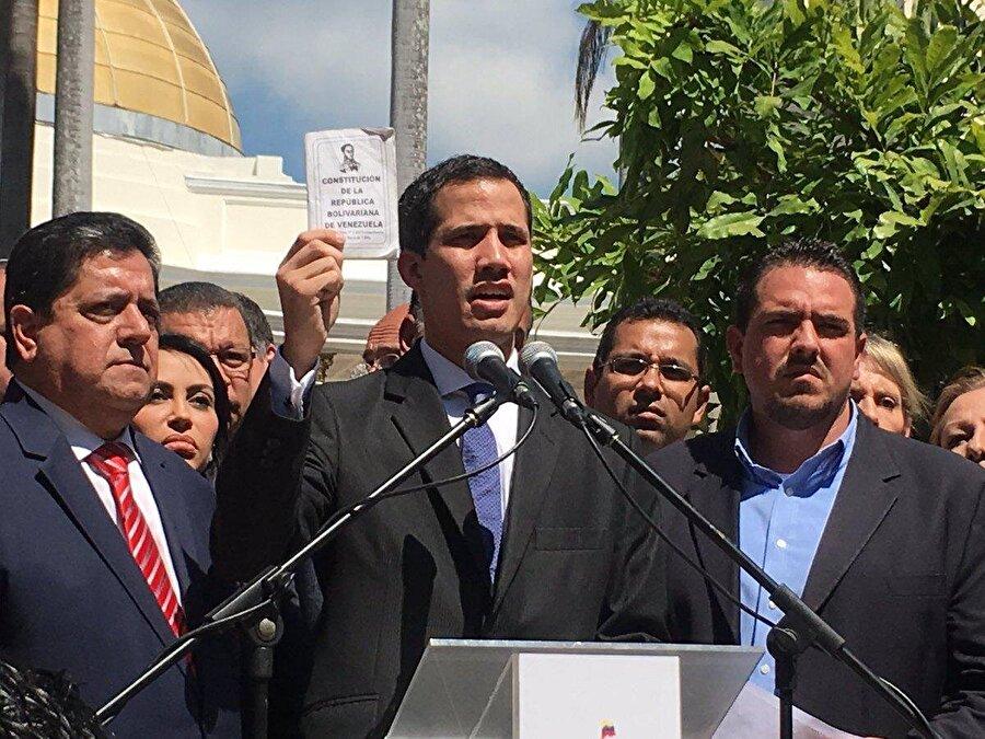 """Trump'ın Venezuela'da Juan Guaido'yu ülkenin 'geçici devlet başkanı' olarak tanıması                                      ABD Başkanı Donald Trump Venezuela Ulusal Meclis Başkanı Juan Guaido'yu ülkenin 'geçici devlet başkanı' olarak tanıdığını belirtmişti. Trump açıklamasında, """"Bugün resmi olarak Venezuela Ulusal Meclis Başkanı Juan Guaido'yu, Venezuela'nın geçici devlet başkanı olarak tanıyorum."""" ifadelerini kullanmıştı.     ABD'nin seçilmiş devlet başkanı Maduro'yu yok sayarak Venezuela'daki hükümet tanımasıyla uluslararası hukuku ihlal etmiştir. Zira egemen ve eşit olan devletlerin birbirlerinin iç işlerine karışması, birbirlerinin yönetim biçimine ve hükümetlerine müdahale etmesi uluslararası hukukta kabul görmez. ABD gibi Venezuela da egemen bir devlettir ve bir egemenin diğerinin hükümetini meşru ya da gayrimeşru ilan etmesi gibi bir durum uluslararası hukuk açısından devletlerin eşitliği kuralına aykırılık teşkil etmektedir."""