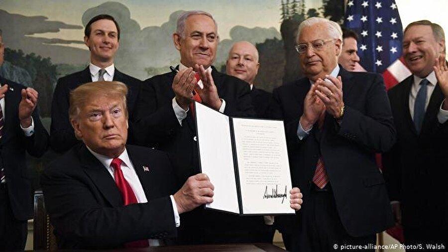 Trump, Golan Tepeleri'ndeki İsrail egemenliğini tanıdı                                      ABD Başkanı Donald Trump, işgal altındaki Suriye toprakları olan Golan Tepeleri'ndeki İsrail egemenliğini resmen tanıdı. Başkan, bu kararını Beyaz Saray'da İsrail Başbakanı Benyamin Netanyahu ile bir araya geldiği sırada imzaladığı kararname ile resmileştirdi. Trump, imzaladığı bu kararnamayle uluslararası hukuku yok saymış oldu. Zira İsrail'in Golan'ı tek taraflı ilhakı uluslararası toplum tarafından tanınmazken, Birleşmiş Milletler Güvenlik Konseyi'nin 1967 tarihli 242 numaralı kararı uyarınca İsrail bu bölgede halen işgalci konumda bulunuyor.