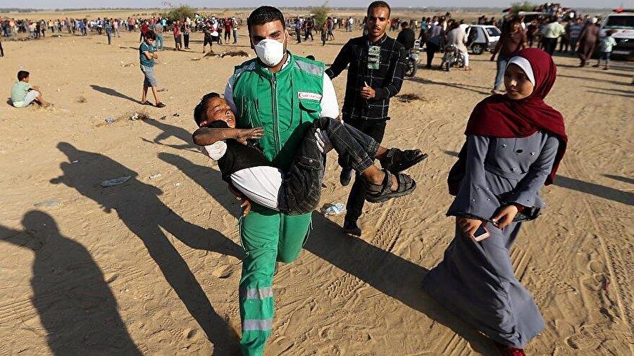 """Filistin'e  200 milyon dolarlık yardımı kesti Amerika Birleşik Devletleri (ABD), Filistine yapacakları 200 milyon dolardan fazla ekonomik yardımı kestiklerini duyurmuştu. ABD Dışişleri Bakanlığından üst düzey bir yetkili, Başkan Donald Trump'ın isteği doğrultusunda """"Batı Şeria ve Gazze'ye yapılması planlanan 200 milyon dolardan fazla ekonomik yardımı başka alanlara kullanacağız"""" açıklamasında bulundu.     İsmi açıklanmayan yetkili, bu kararın işgal altındaki Batı Şeria ve abluka altındaki Gazze'ye yapılan yardımların """"ABD'nin ulusal çıkarlarına ve savunduğu değerlere göre harcanıp harcanmadığı yeniden gözden geçirilerek alındığını"""" belirtti."""
