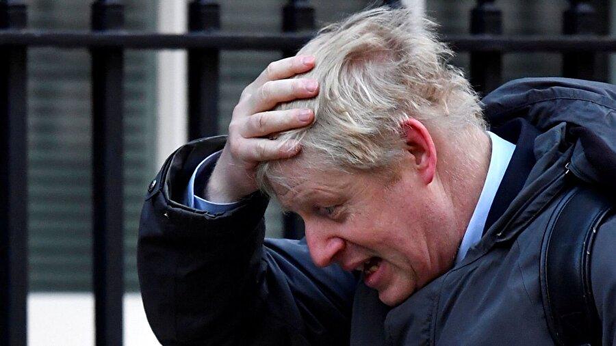 """Boris Johnson Geçtiğimiz hafta May istifa ederse anlaşmayı desteklemeye karar verebileceğini açıkladığında ise, başbakanı uçurumun kenarına sürüklemiş oldu. Johnson ve May geçtiğimiz hafta içinde 3 defa gizlice buluşmuştu. Johnson, bu görüşmelerde May'e verdiği mesajı, Salı günü kamuoyu ile de paylaştı ve """"Eğer insanlar benim bu anlaşmayı desteklememi istiyorlarsa, müzakerelerin ikinci aşamasında bir şeylerin farklı gideceğini bana kanıtlamalılar"""" dedi.     Johnson partinin diğer üyelerine oranla pek de popüler olmasa bile, yarışın önde giden adaylarında olduğu imajını vermek isteyecektir. Ancak eski Londra Belediye Başkanı'nın yapabileceği her türlü hata onun için büyük bir risk. Johnson'ın çocuğa yönelik cinsel istismar vakalarının soruşturulmasını para israfı olarak nitelemesi sonrası İçişleri Bakan Yardımcısı Victoria Atkins'ten azar yediğini hatırlatalım."""