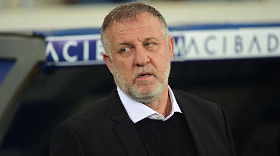 Bursaspor Mesut Bakkal ile anlaştı                                                                           Bursaspor Kulübü'nde dün yapılan yönetim kurulu toplantısının ardından Samet Aybaba ile yollar ayrılmıştı. Yeşil beyazlı yöneticiler, bunun üzerine Mesut Bakkal ismi üzerinde karar kılarak deneyimli teknik adamı Bursa'ya davet etti. Öğle saatlerinde yeşil beyazlı yöneticiler ve Mesut Bakkal arasında yapılan görüşmeler olumlu sonuçlanırken, Bursaspor Kulübü'nün yeni teknik direktörü Mesut Bakkal oldu.