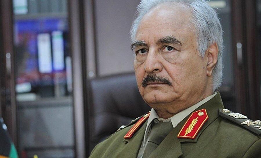 """Söylentiler onun bir CIA ajanı olduğu yönünde  """"CIA bağlantıları"""" ile şüphe oluşturan Hafter, Libya'nın eski lideri Muammer Kaddafi'nin hem yükselişinin, hem de düşüşünün arkasındaki isimdi. General Hafter, Kuzey Afrika'nın petrol zengini ülkesinde son 5 yıldır yaşanan uzun krizin önemli aktörlerinden biri haline geldi."""