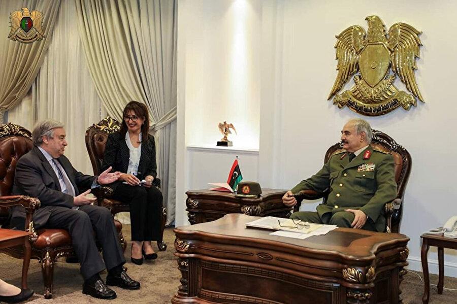 """Sürgünden dönüş 2011 yılında Kaddafi karşıtları ayaklanmaya başlayınca Hafter ülkesi Libya'ya geri döndü. Mısır'a giderek doğudaki isyancı güçlerin komutanı oldu. Ekim ayında Kaddafi'nin düşmesi sonrası ise, iki yıldan uzun süre yargılandı.Şubat 2014'te BM destekli seçimler sonrası ipleri yeniden eline alan Hafter, televizyondan yayınlanan bir mesaj ile """"ülkesini kurtarma"""" planını açıkladı."""