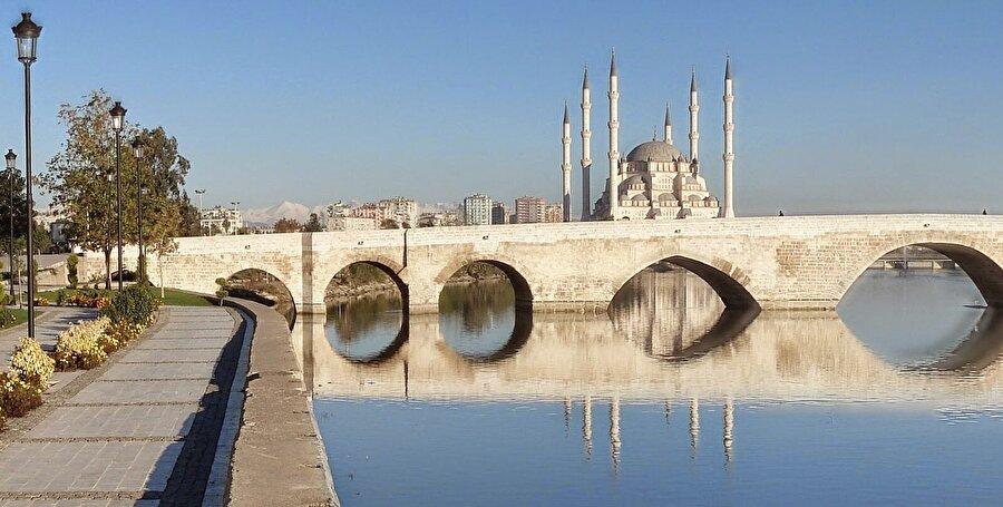 Kültürel znginlikleirn meşhur olduğu ülkemizle ilgili en ilginç bilgilerden biriyse, Adana Taşköprü hâlâ kullanımda olan dünyanın en eski köprüsüdür