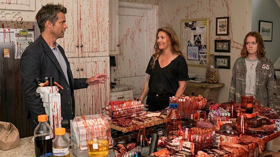 2- Santa Clarita Diet                                      Santa Clarita Diet dizisi de en çok izlenenlerde başı çekti. Dizi, Netflix için Victor Fresco tarafından oluşturulan bir Amerikan korku komedi dizisidir.