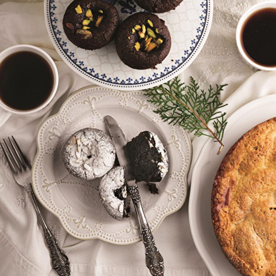 Vişneli Brownie Muffin                                      Vişneli Browni Muffin Tarifi nasıl yapılır? Tarifin malzemeleri ve adım adım yapılışı Lokma'dan. Nemli ve vişneli olduğu için kekten apayrı bir tatlıya dönüşen brownie ilk defa Chicago'da cevizli ve kayısı jöleli olarak yapılmış. Amerika ve Kanada'da oldukça popüler hale gelen bu mini kekler kısa sürede beslenme çantalarının en popüler yiyeceği haline gelmiş. Keyifle pişirip afiyetle yemeniz dileğiyle.Tarif için: https://www.gzt.com/lokma/visneli-brownie-muffin-27090