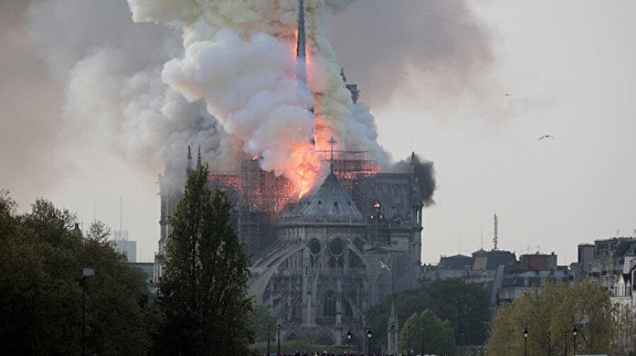 Notre Dame Katedrali tüm dünyanın gözü önünde küle döndü Sadece Fransa'nın değil tüm Avrupa medeniyetinin ortak mirası Notre Dam Katedrali'nde dün akşam saatlerinde yangın çıktı. Dünya Kültürel Mirası listesinde bulunan 856 yıllık yapı, Fransız vatandaşların gözleri önünde küle döndü. Tüm müdahalelere rağmen 8.5 saat gibi uzun bir süre boyunca yangın, kontrol altına alınamadı.