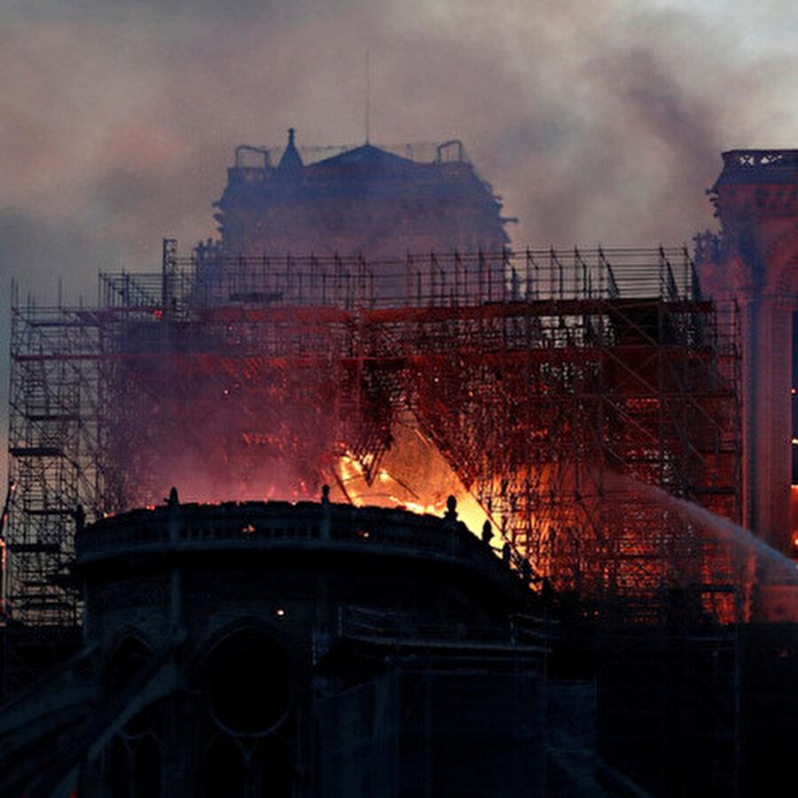 Notre Dame Katedrali için ulusal kampanya başlatıldı Tüm dünyanın üzüntüyle takip ettiği 850 yıllık tarihi Notre Dame Katedrali'nde çıkan yangının söndürülmesinin ardından Fransa Cumhurbaşkanı Emmanuel Macron, yapının temel yapısında bozulmama olmasının sevindirici olduğunu belirterek ulusal bir kampanyanın başlatılacağını ve yapının yeniden inşa edileceğini açıkladı. Fransa'nın milyarder Pinault ailesi, yeniden inşa çalışmaları için 100 milyon avro bağış yapacağını duyurdu.