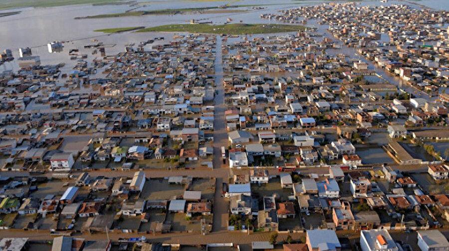 İran'da 730 tarihi yapı selden hasar gördü İran'da meydana gelen sel felaketinde 730 tarihi yapının ciddi anlamda zarar gördüğü açıklandı.