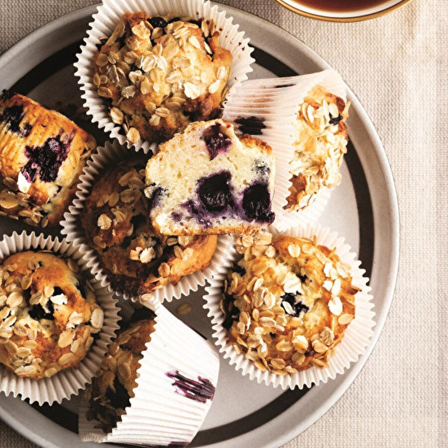 İster kahvaltı için isterseniz de çay saatlerinde tatlı niyetine tüketebileceğiniz yulaflı kahvaltı keki, lezzetli ve doyurucu bir tarif. Orman meyvelerinin en sevilenlerinden yaban mersinin bu keke kattığı lezzete bayılacaksınız. Yulaflı kahvaltı keki nasıl yapılır? Bütün püf noktaları, besin ve kalori değerleri, hazırlık aşamaları ile Lokma'da. Tarif için: https://www.gzt.com/lokma/yulafli-kahvalti-keki-32942