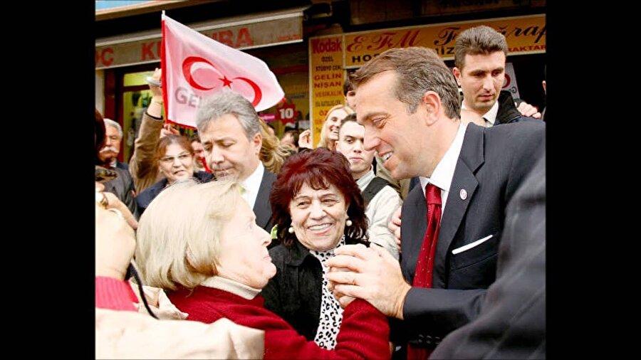 """Genç Parti                                      İlginç vaatleri, köfte ekmek dağıtılan mitingleriyle hayatımıza giren Genç Parti yine bir iş adamının Cem Uzan'ı iktidara taşımaya çalışmasıydı. Genç Parti, 10 Temmuz 2002'de Uzan ve arkadaşları tarafından kuruldu. """"Türkiye yerinden oynayacak"""" sloganıyla kuruluşunu açıklayan parti, seçim dönemi boyunca """"mazot 1 YTL olacak"""", """"ÖSS kalkacak"""", """"dokunulmazlıklar kalkacak"""" gibi o dönem için hayli uçuk görünen vaatleriyle konuşuldu. Uzan sadece 66 gün boyunca propaganda yapmasına rağmen, beklenmedik bir şekilde 3 Kasım 2002 seçimlerinde yüzde 7,25 oy aldı. 22 Temmuz 2007 seçimlerinde ise yüzde 3,03 alarak yine meclise giremedi. Cem Uzan bu dönemde hakkında devam eden davalar nedeniyle Fransa'dan """"siyasi sığınma hakkı"""" aldı. Halen Paris'te ikamet eden Uzan, propagandaya Twitter üzerinde devam ediyor."""