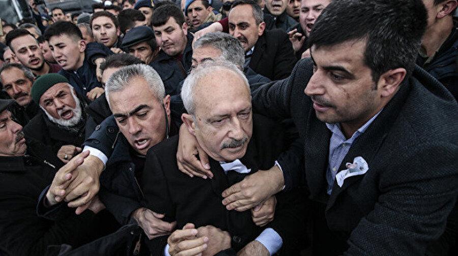 Kılıçdaroğlu saldırıya uğradı  CHP Genel Başkanı Kemal Kılıçdaroğlu, Ankara'nın Çubuk ilçesinde katıldığı şehit cenazesinde bir grubun saldırısına uğradı. Kılıçdaroğlu'nu hedef alan çirkin saldırıya Türkiye'nin dört bir yanından tepki yağdı.