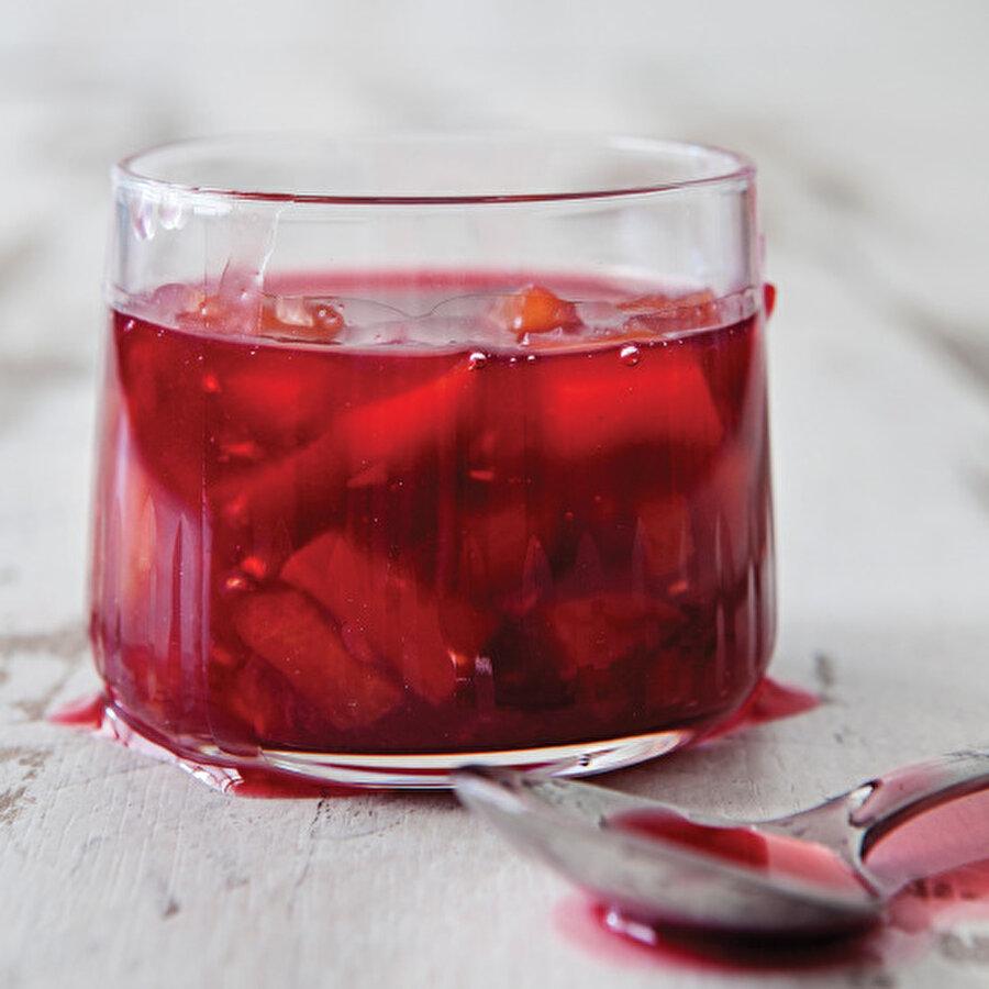 Çilekli Limonata                                      Yaz içeceklerinin vazgeçilmezi olan limonataya farklı bir tat vermek isteyenler için bu tarifi sizlere sunuyoruz. Son dönemlerde renkli renkli görmeye başladığımız limonataların çileklisi, hem görsel olarak hem ferahlatıcı ve nefis lezzetiyle gönüllerinizi fethedecek. Rengi, kokusu ve aromasıyla sizlerin çok hoşuna gidecek bu tarifi mutlaka denemelisiniz.Tarif için: https://www.gzt.com/lokma/cilekli-limonata-6477