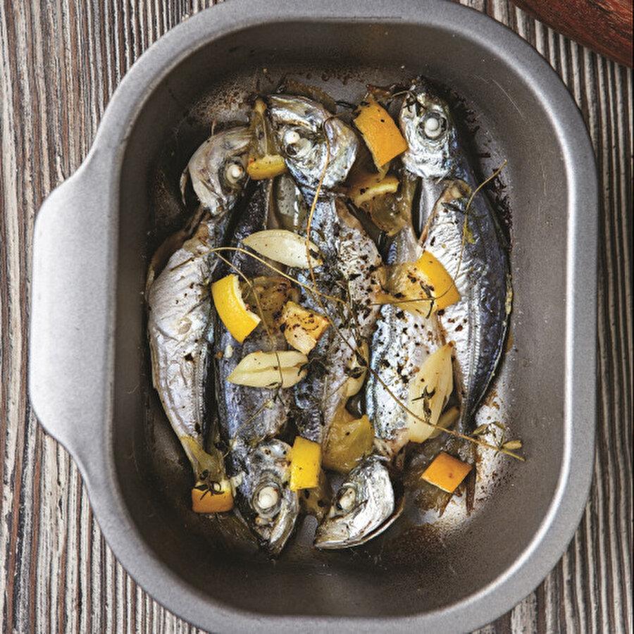 Fırında Hafif İstavrit                                                                                                                                                                                                                               En pratik balık tariflerinden biriyle daha karşınızdayız. Fırında, hafif mi hafif bir istavrit. İstavrit, ülkemiz denizlerinde özellikle de Marmara'da bolca bulunan, bağışıklık sistemine çok iyi gelen bir balık. Tarife eklediğimiz kekik ve sarımsak, verdikleri aromalarıyla fırın istavritimizi başka bir boyuta taşıyor. En sağlıklı ve protein kaynaklarından biri olan balık her derde deva.                                  Tarif için: https://www.gzt.com/lokma/firinda-hafif-istavrit-29222