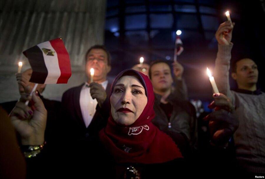 24 Kasım 2017- Camiye saldırı Mısır'da yaklaşık 30 kişiden oluşan bir grup saldırgan Sina'nın kuzeyindeki bir camide silahlı ve bombalı saldırı düzenledi. Mısır'ın tarihindeki en ölümcül terör saldırısı olarak kabul edilen olayda aralarında çocukların da olduğu 311 kişi yaşamını yitirdi.