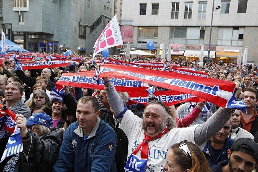 Avusturya                                      Muhafazakâr Avusturya Halk Partisi (ÖVP) ve aşırı sağcı Avusturya Özgürlük Partisi (FPÖ) koalisyon hükümeti kurdu.    Muhafazakârlar, merkez soldaki Sosyal Demokratlarla birlikte uzun süredir Avusturya politikalarında etkisini sürdürüyordu.   Almanya'daki gibi, göçmen krizi Avusturya'daki sağ partiler için de önemli bir kampanya aracı oldu.    Avusturya Başbakanı Sebastian Kurz, göçe karşı sert bir duruş sergiledi hatta FPÖ Kurz ve partisini söylem ve politikalarını çalmakla suçladı.    Seçimlerden sonra da, önce okullarda başörtüsü yasağı getirilmesi ve göçmenlerin telefonlarına el konulması gibi gibi öneriler getirildi.
