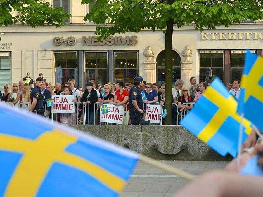 İsveç                                       Son seçimlerde İsveç Demokratları (SD) oyların yüzde 17'6'sını aldı. Partinin bir önceki seçimde oyu yüzde 12,9 seviyesindeydi. Sosyal Demokrat İşçi Partisi'nin oy oranı da merkez sağdaki dört partinin ittifakı olan İttifak'ın oy oranı da yüzde 40 civarında.   2015'te Avrupa'ya göç akınının yükselişe geçmesiyle ülkede göçmenlerle ilgili kaygılar artmış, SD'nin oyunda hızlı bir artış gözlemlenmişti.   Partinin köken Neo-Nazi ideolojisine dayanıyor; ancak geçtiğimiz yıllarda yenilenmeye gitti ve 2010'da parti ilk kez parlamentoya girdi.   Sosyal Demokratların azınlıklara hoşgörü politikaları karşısında SD, göç denetiminin sertleşmesini istiyor.   Yalnız İsveç'teki resim birçok ülkeden farklı. İsveç herhangi bir Avrupalı ülkeye göre kişi başına çok daha fazla göçmen barındırıyor. İsveç göçmenlere olan tavrı da çok daha olumlu bulunan ülkelerden.