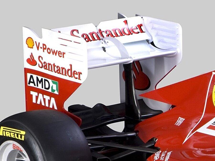 Ön ve arka kanatlar                                                                                                                Formula 1'de araç özelindeki rekabetin en sert olduğu alan aerodinamik. Dolasıyla gelişim savaşları da aerodinamik geliştirmeler üzerinen yaşanıyor. Bu noktada da hem ön hem de arka kanatlar hayati öneme sahip. Aracın hızına doğrudan etki eden bu parçalardan ön kanat daha ucuzken, arka kanat ise biraz daha pahalı.