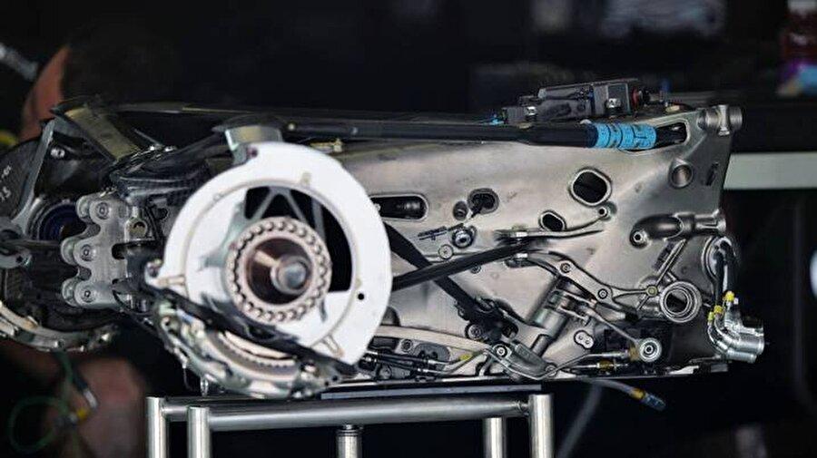 Vites Kutusu                                                                                                                Vites kutuları, motor tedarikçileri tarafından satılıyor. Ancak takımlar, vites kutularını motordan bağımsız olarak temin edebiliyorlar. Yalnızca Williams mühendislik şirketi olduğu için kendi vites kutusunu kendisi üretebiliriz. Bu parça, aracın en pahalı üçüncü bölümü.