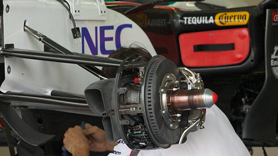 Frenler                                                                                                                Normal otomobillerde disk, balata ve kaliperden oluşan fren sistemi Formula 1 araçlarında çok daha karmaşık. Karbon materyaller kullanılan fren diskleri, 700 derece sıcaklığa karşı çok özel bir soğutma sistemiyle kaplanıyor. 4 frenden oluşan sistemin her araca maliyeti ise yaklaşık 3500 dolar.