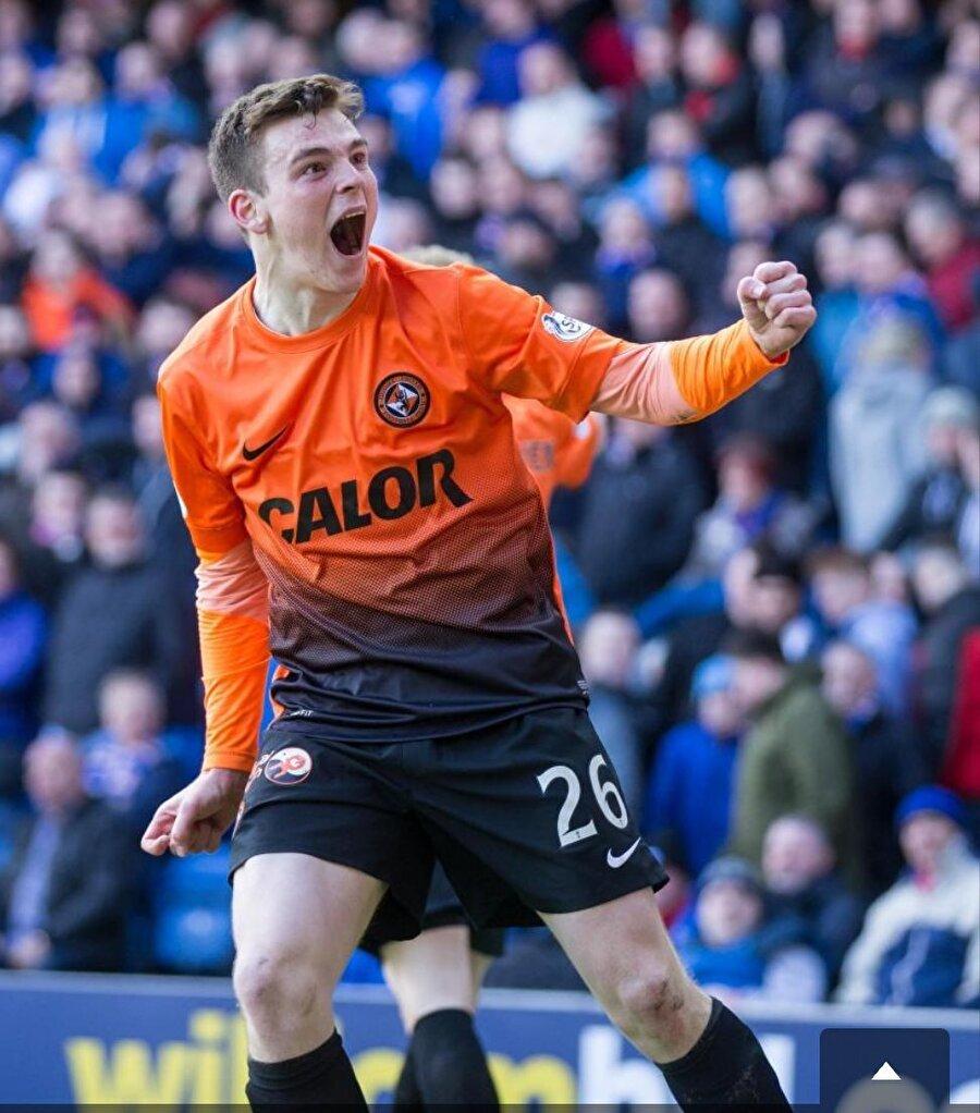 Dundee United'ın dikkati çeken Robertson, 3 Haziran 2013'te attığı imzaylı İskoçya'nın en üst ligine adım atmış oldu. Dundee United'da kısa sürede Jackie McNamara'nın vazgeçilmez isimlerinden biri olmayı başaran sol bek, yılın genç oyuncusu gibi birçok ödül kazandı.
