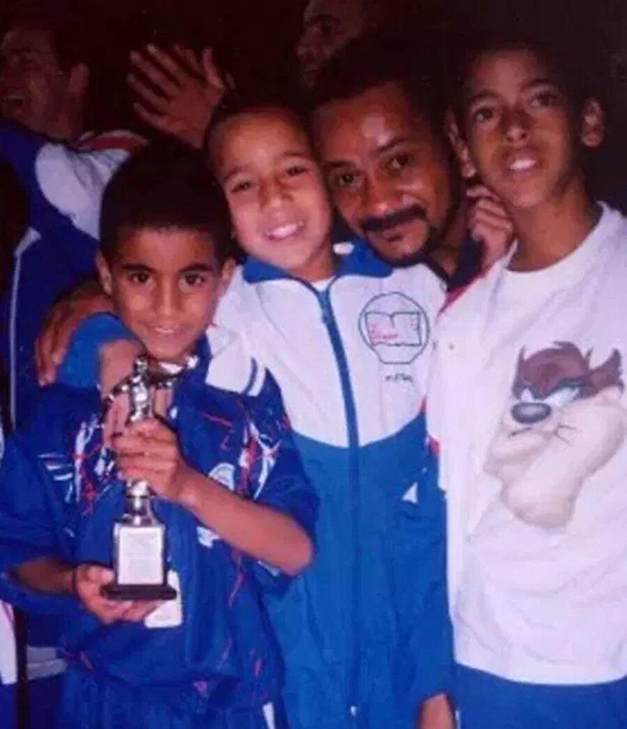 Bu yolculuklar nedeniyle güçsüz düşen, zayıflayan Moura için ailesi, o zamanki kulübü Corinthians'tan özel beslenme hocası ve kalacak yer istedi. Ancak kulüp bunları reddedince babası Moura'yı aldı ve Sao Paulo'ya götürdü.