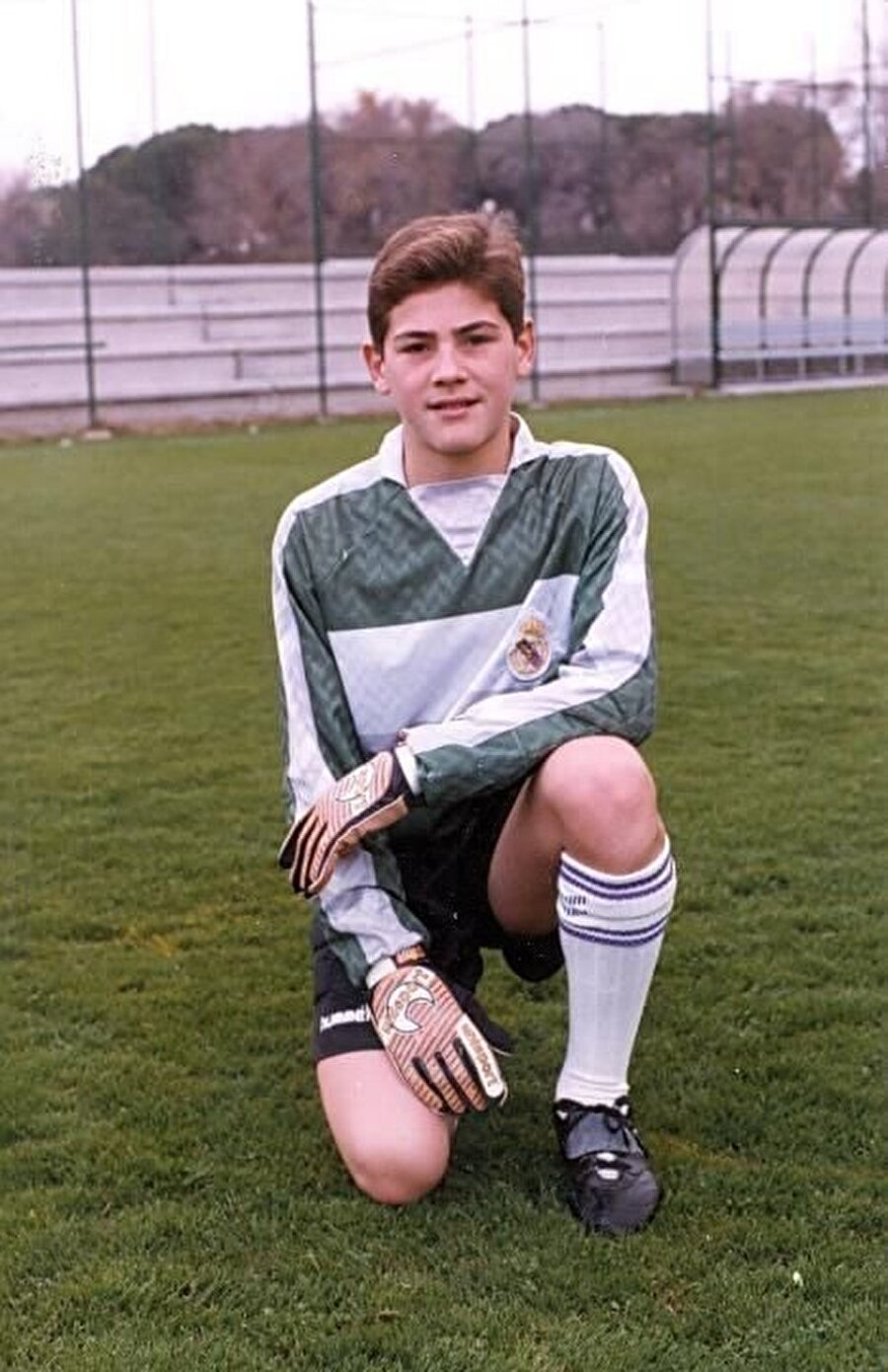 Babası memur annesi ise kuaför olanve Unai isimli bir erkek kardeşi olan Casillas, Madrid doğumlu olması sebebiyle futbola da Real Madrid altyapısında başladı.