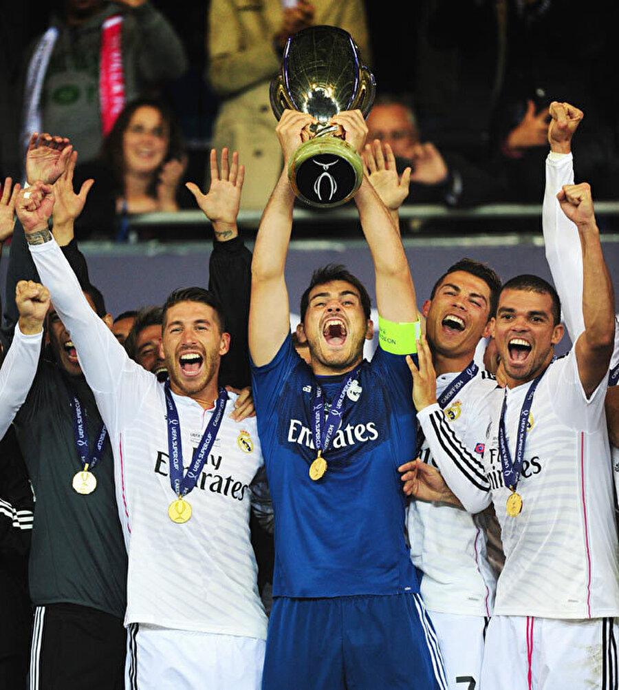 Casillasayrıca 2002 ve 2014 yıllarında Real Madrid'le UEFA Süper Kupa başarısı yaşadı.