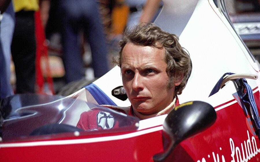 Direksiyona oturma arzusu için varlıklı ailesini karşısına alan Lauda, maddi ve manevi olarak yalnız kaldı. Ailesiyle irtibatı kesen genç pilot, banka kredilerine muhtaç hale geldi.
