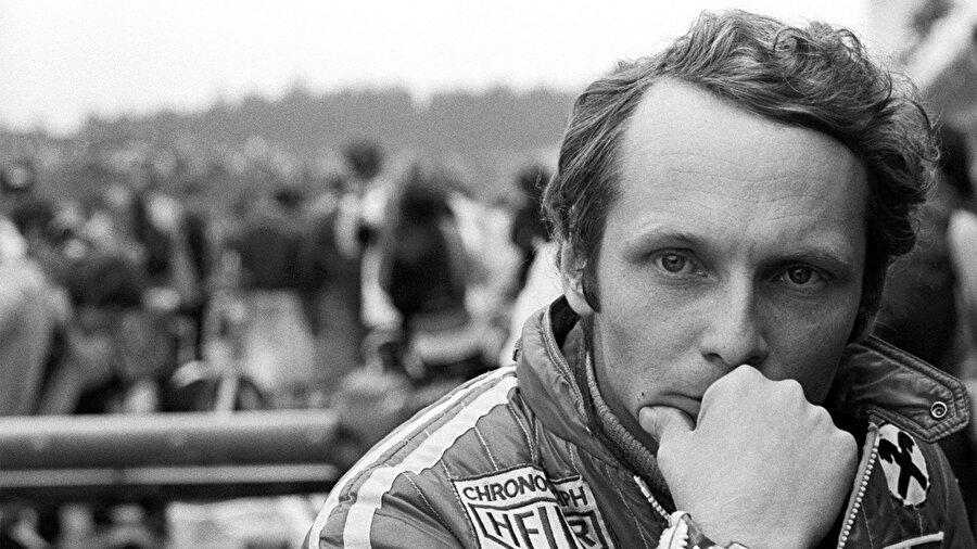 Avusturyalı zengin bir sanayici ailenin çocuğu olan Andrea Nikolaus Lauda, babasının beklentisinin aksine aile işiyle ilgilenmek yerine motor sporlarında kariyer yapmak istedi.